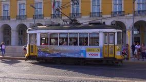 Den berömda spårvagnen i det historiska området av Lissabon kallade Electrico - LISSABON/PORTUGAL - JUNI 14, 2017 lager videofilmer