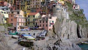 Den berömda staden av Cinque Terre Italy Manarola en härlig stad på en stenig kust, med färgrika hus Liguria stock video