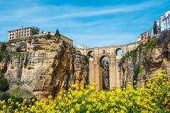 Den berömda stenbron över klyftan av tajo i Ronda Arkivbilder