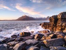 Den berömda steniga fjärden av Elgol på ön av Skye, Skottland Det Cuillins berget Arkivbild