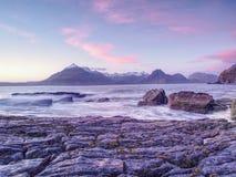 Den berömda steniga fjärden av Elgol på ön av Skye, Skottland Det Cuillins berget Arkivfoton