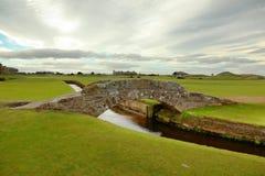 Den berömda Swilcan bron på St Andrew Old Course Royaltyfri Fotografi