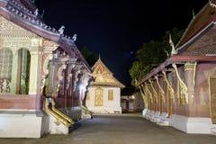 Den berömda templet i natten på Luang Prabang Royaltyfri Foto
