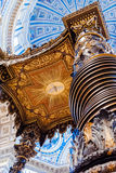 Den berömda träbaldakinen, altare av den St Peter basilikan var M Royaltyfri Bild