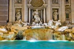 Den berömda Trevi-springbrunnen på natten, Rome Fotografering för Bildbyråer