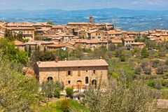 Berömd Tuscan winetown av Montalcino, Italien Arkivfoton