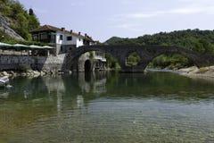 Överbrygga på Rijeka Crnojevica Arkivfoton