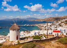 Den berömda väderkvarnen ovanför staden av Mykonos i Grekland mot Arkivfoton