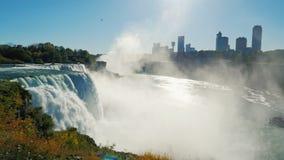 Den berömda vattenfallet Niagara Falls, en populär fläck bland turister från över hela världen Bak den synliga vattenfallet lager videofilmer