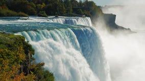 Den berömda vattenfallet Niagara Falls, en populär fläck bland turister från över hela världen Sikten från amerikanen stock video