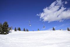 In den Bergen in den Alpen, klettern Skifahrer oben auf den Sesselliften, um zu den Skisteigungen zu gehen lizenzfreie stockbilder