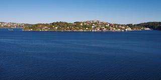 den bergen fjorden houses nära norway shoreline Royaltyfria Foton