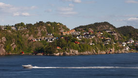 den bergen fjorden houses nära norway shoreline Royaltyfri Fotografi