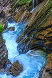 Den bergfloden och vattenfallet i fjällängarna, Bayern, Tyskland Arkivbild