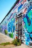 Den Berlin väggen (berlineren Mauer) med grafitti Royaltyfri Bild