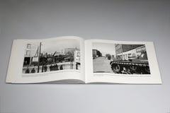 Den Berlin Wall 1961-1989 boken, `-vem som helst anfaller oss ska vara den anihilated `-plattan arkivfoto