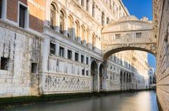 Den berömda bron av Sighs i Venedig, Italien Fotografering för Bildbyråer