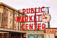 Den berömda marknaden för pikstället undertecknar in Seattle Royaltyfri Fotografi