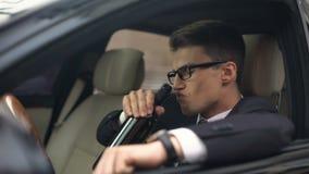 Den berusade affärsmannen som dricker vin i bilen, olycksrisk, vilar efter stressat jobb stock video