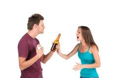 Den berusade mannen ger alkohol till flickan royaltyfri foto