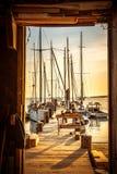 Den beställnings- fartygbyggmästaren på solnedgångstranden royaltyfria bilder