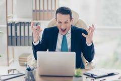 Den besvärade ilskna frustrerade affärsmannen skriker framme av t Royaltyfri Bild