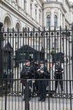 Den beväpnade polisen bevakar 10 Downing Street Arkivfoto