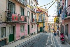 Den Bica bergbanan som ibland är bekant som Elevadoren da Bica, Lissabon, Portugal royaltyfri bild