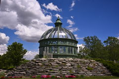 Den bifogade gazeboen ser som en miniatyrAboretum Royaltyfri Bild