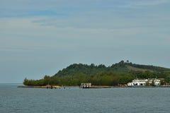 Den Big Blue passagerarefärjan går på havet nära den Trad ön royaltyfria bilder