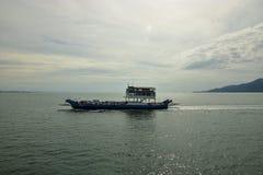 Den Big Blue passagerarefärjan går på havet nära den Trad ön royaltyfri fotografi