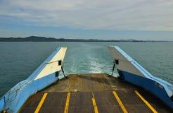 Den Big Blue passagerarefärjan går på havet nära den Trad ön arkivfoton