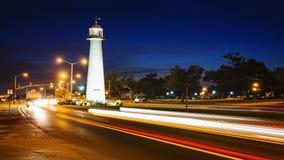 Den Biloxi fyren på natten och trafik i Gulf Coast påstår nolla Arkivbilder