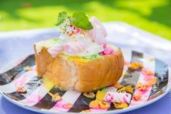 Den Bingsu efterrätten, sommarsäsong sötar den asiatiska livsstilmenyn äter att kyla sött med is med läcker frukttoppning för frö Arkivbild