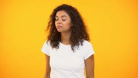 Den Biracial kvinnan som meddelar, shoppar rabatter som kallar för vän, gul bakgrund stock video