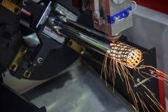 Den bitande maskinen för CNC-laser gör hålet royaltyfri bild