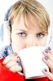 Den blåögda flickan dricker ett kaffe Arkivfoton