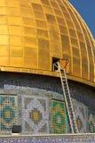 Den bl?a arabiska mosaiktegelplattor och detaljer och stegen p? kupolen av vaggar, tempelmonteringen, Jerusalem israel arkivbilder