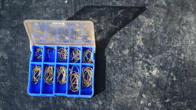 Den blåa asken med krokar arkivfoto