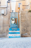 Den blåa bakgatan kliver att leda upp till den nästa gataAlicante Spanien stren Arkivbilder