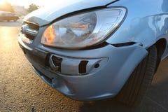 Den blåa bilen efter olycka arkivfoton