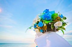 den blåa buketten blommar den romantiska skyen Arkivfoton