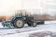 Den blåa bulldozern gör ren gatorna efter ett tungt naturligt snöfall jul som får klar Solig frostig dag arkivbilder