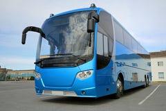 Den blåa bussen väntar på passagerare Royaltyfria Bilder