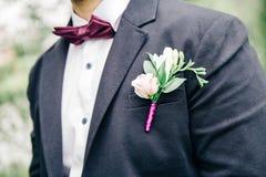 den blåa detaljblommagarteren snör åt bröllop arkivbild