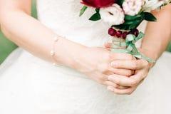 den blåa detaljblommagarteren snör åt bröllop royaltyfri fotografi