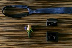 den blåa detaljblommagarteren snör åt bröllop Cufflinks på skjortan Arkivfoto