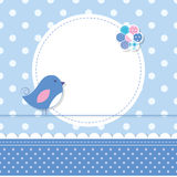 Den blåa fågeln behandla som ett barn pojkehälsningkortet Arkivfoton