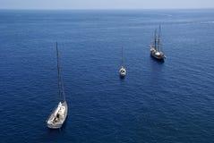 den blåa fartygdiagonalen seglar hav tre Royaltyfri Fotografi