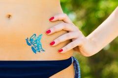 den blåa fjärilen blänker tatueringen arkivfoto